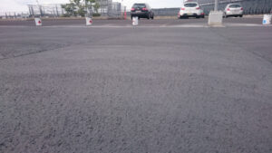 Vedelplast parklakatte pealmine kiht