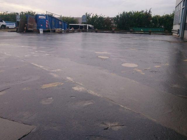 Vedelplastiga krunditud parkla asfalt